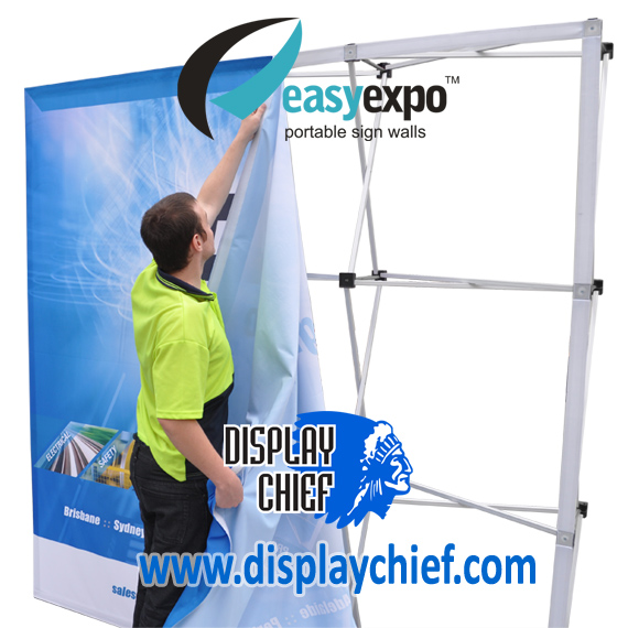 Person quickly putting on the sign onto the Easy Expo Display Chief pop up banner sign wall display system